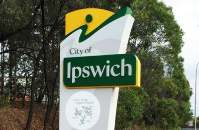 large-signs-on-freeway-near-ipswich