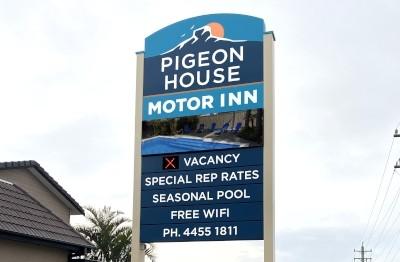 pigeon-house-motor-inn-ulladulla-electronic-message-board-pylon-sign