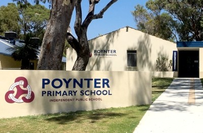 poynter-primary-school-letters-and-crest-on-entry-wall